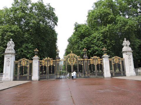 Gates near to Buckingham Palace